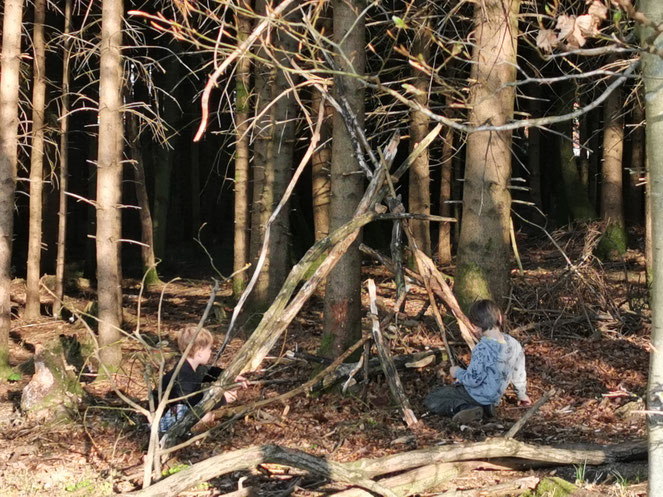 Wie früher: Die Kinder spielen im Wald