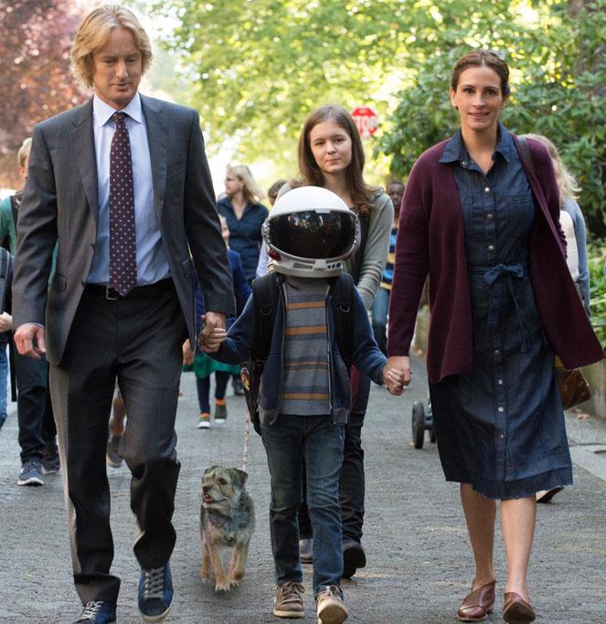 Le petit Auggie, visage déformé, préfère porter un casque quand il se promène avec ses parents (Owen Wilson et Julia Roberts) et sa grande soeur (©Dale Robinette/Metropolitan FilmExport).