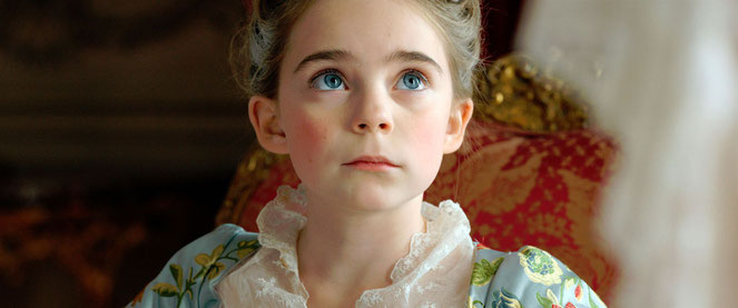 La petite Juliane Lepoureau interprète l'Infante d'Espagne, âgée de 4 ans et promise au roi de France Louis XV, âgé de 11 ans (©High Sea Productions/Ad Vitam Distribution).