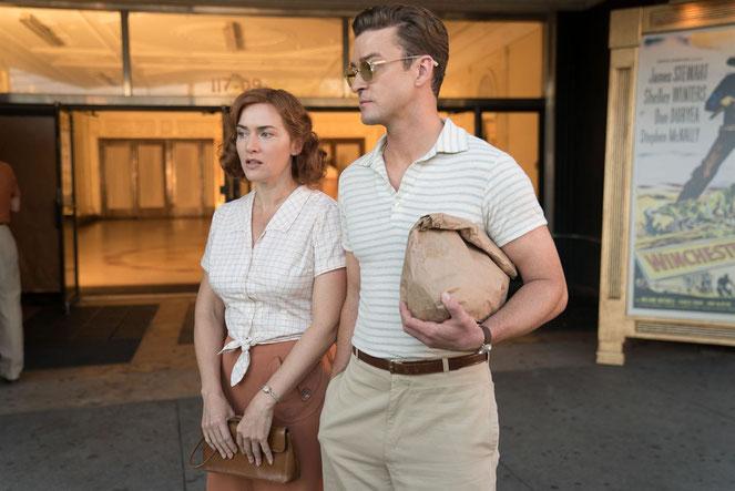 Kate Winslet, ancienne actrice devenue serveuse, se laisse séduire par Justin Timberlake, maître-nageur qui veut devenir dramaturge (©Mars Distribution).