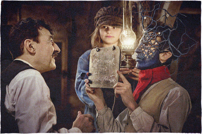 """Le difficile retour à la vie civile de deux Poilus de 14-18, un petit comptable (Albert Dupontel, à gauche) et une """"gueule cassée"""" au bas du visage arraché (Nahuel Pérez Biscayart) (©Jérôme Prébois/ADCB Films/Gaumont)."""