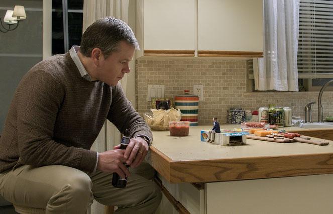 Avant de sauter le pas à son tour, Matt Damon interroge ses tout petits amis sur leur nouvelle vie (©Paramount Pictures).
