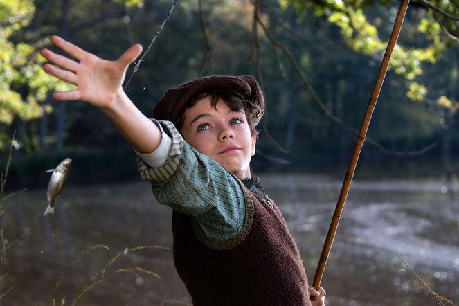 Dans le film, le petit Paul (Jean Scandel) découvre la nature et apprend la pêche à la mouche (©StudioCanal/Eric Travers/Radar Films).