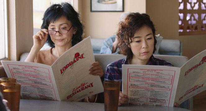 Setsuko alias Lucy (Shinobu Terajima, à droite) et sa soeur Ayako (Kaho Minami) débarquent en Amérique (©Nour Films).