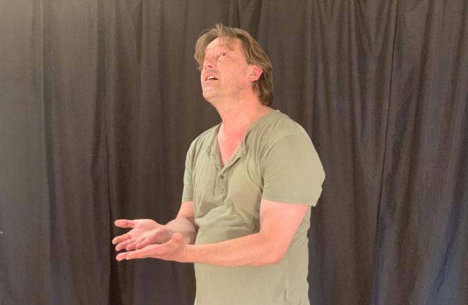 L'école de théâtre propose des cours de jeu d'acteur pour le théâtre et le cinéma.