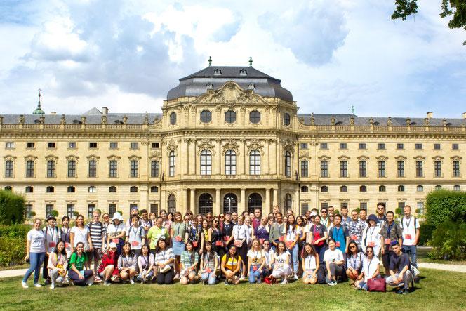 Deutsch-Sommersprachkurs Universität Würzburg: Gruppenfoto bei Sonnenschein mit allen internationalen Teilnehmern vor der Residenz in Würzburg
