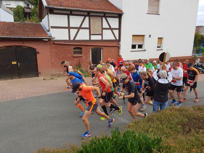 Start der Läufer auf der 18 km Langstrecke. (Bild vom vergangenen Jahr).