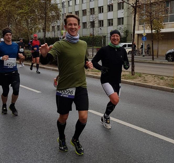 Julian Geher (Mitte) und Reiner Geher (rechts) gemeinsam unterwegs auf der Strecke