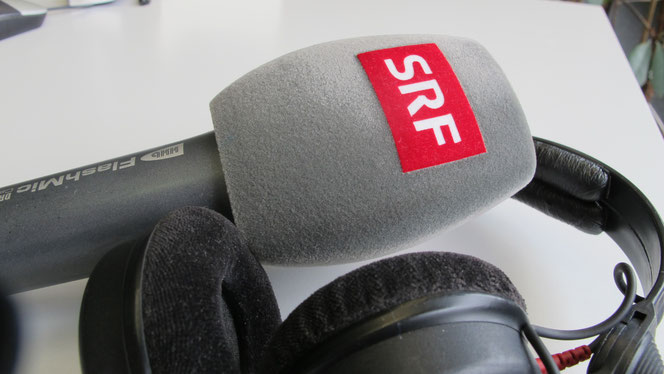 Mikrofon mit SRF-Logo und Kopfhörer, Radio
