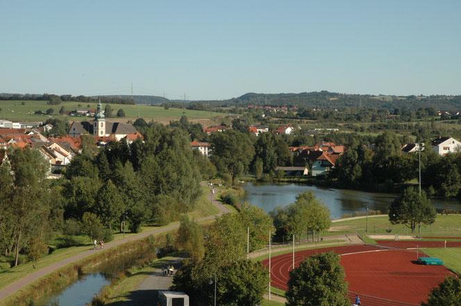 Schulhof der Fliedetalschule, Gasthaus zum Ochsen, Kirche St. Goar Flieden - WIFO Flieden