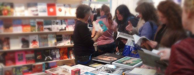 Frauen drängen sich um den Büchertisch des konkursbuch Verlags auf der Frankfurter Buchmesse 2017.