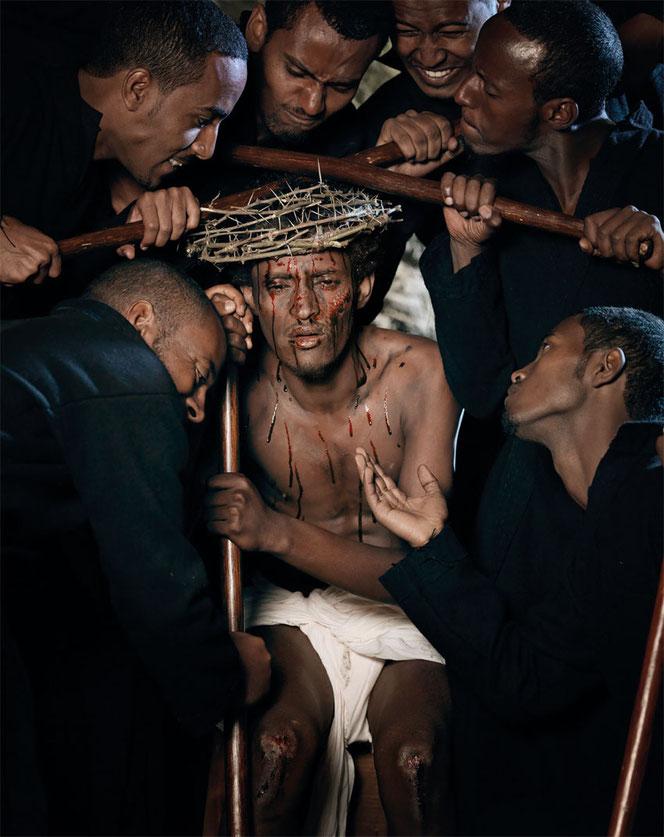 Passionsspiel in Äthiopien: Christusdarsteller mit Dornenkrone, Blutspuren im Gesicht und Schürfwunden