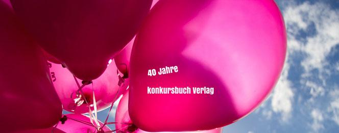 """Pinke Luftballons vor blauem Himmel, mit Aufschrift """"40 Jahre konkursbuch Verlag"""" (Quelle: pexels.com, CCO License)"""