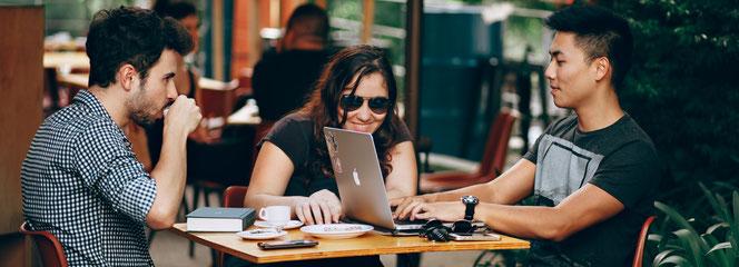 Drei junge Menschen arbeiten in einem Café (Quelle: pexels.com, CC0-Lizenz, Fotografin: Helena Lopes)