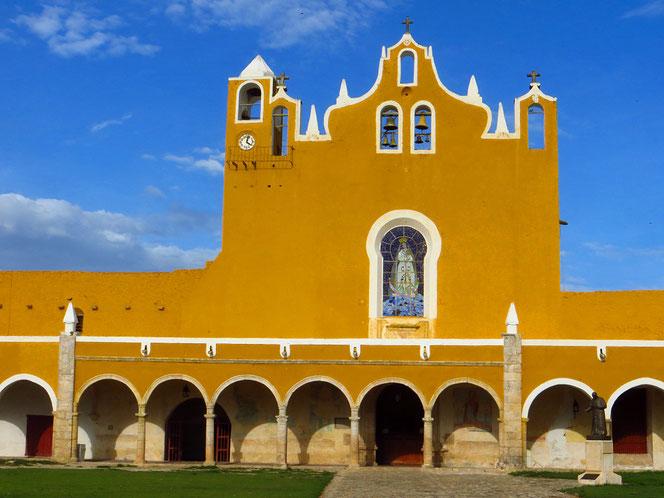 Das Kloster von Izamal haben die spanischen Eroberer auf den Grundmauern einer Mayapyramide errichtet.