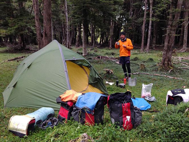 Ruhiges Waldcamp abseits der Strasse.