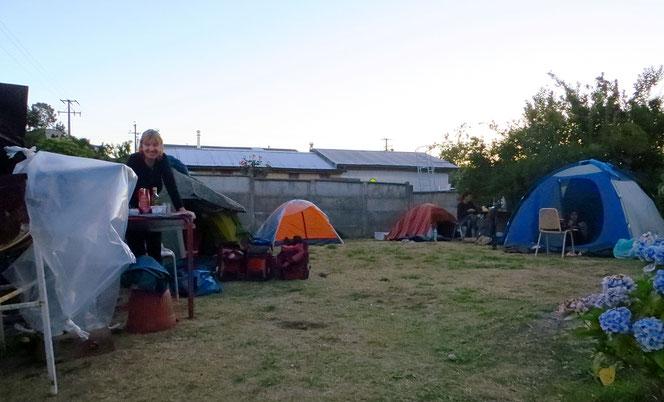 In Puerto Varas stellt eine Frau ihre kleine Wiese hinter dem Haus zum Zelten zur Verfügung. Wir dürfen Bad und Toilette benützen. Bis am Abend stehen neun Zelte dicht beisammen.