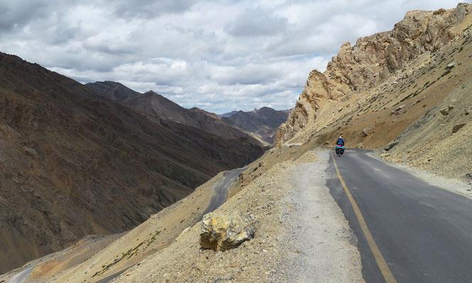 Volle Konzetration beim Fahren ist ein Muss, vor allem wenn Lastwagen entgegen kommen. Die Strasse ist meist einspurig.