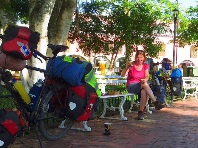 Frühstück morgens im Stadtpark. 8 US$ pro Person im Hotel ist uns zu teuer.