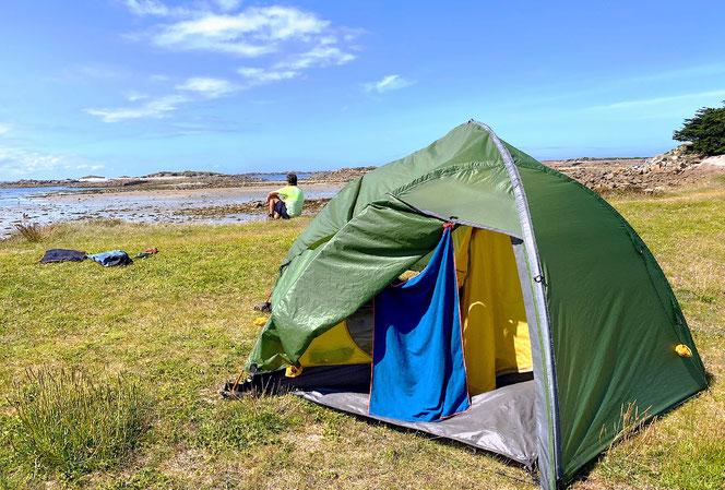 Leider kein Zeltplatz. Wir nützen jede Sonnenstunde zum Zelt trocknen. Hier am Atlantik.