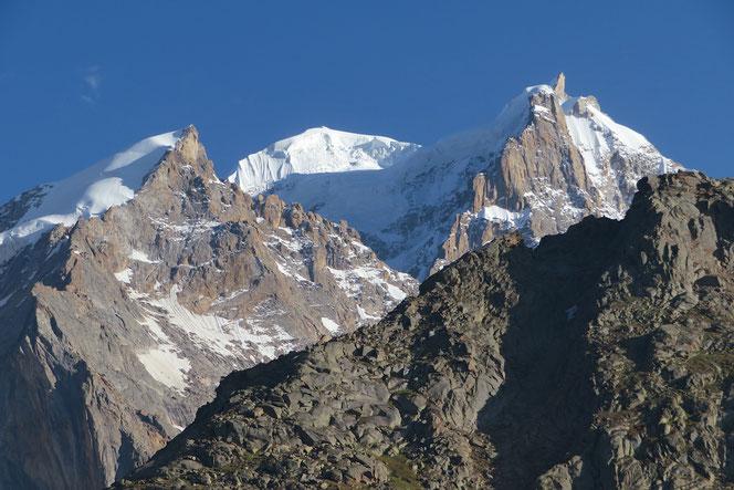 Die vergletscherten Gipfel sind gut 6000 m hoch.