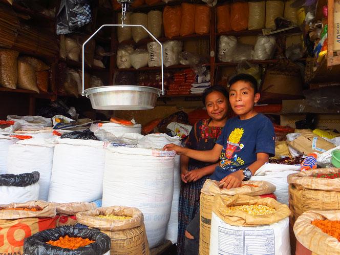 Markttag in Tactic. Die Menschen sind ausgesprochen freundlich und hilfsbereit. Andere Touris sehen wir keine.
