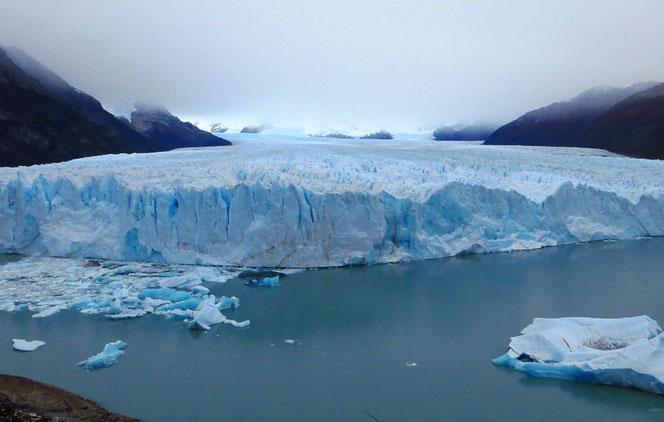 An seiner höchsten Stelle überragt der Perito Moreno das Wasser um 70 m.