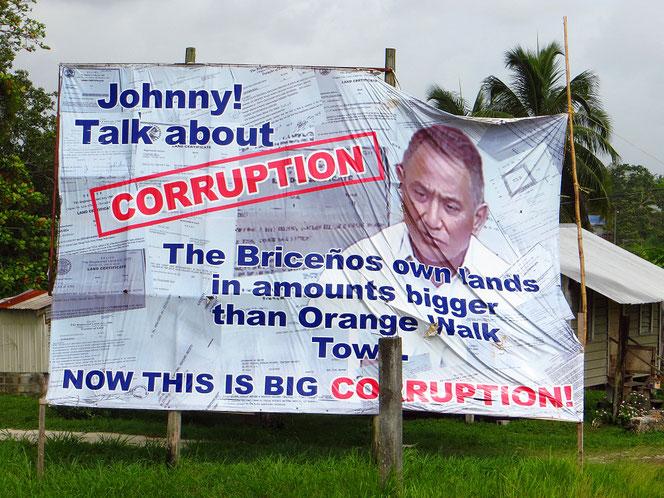 Auf einem riesigen Plakat wird gegen eine korrupte Familie gewettert.