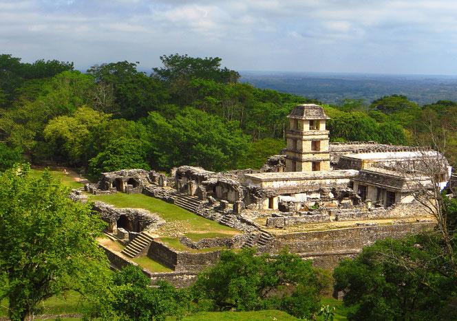 Der Königspalast in der Ruinenstadt Palenque. Vor fast 2000 Jahren muss es ein prächtiger Bau gewesen sein.
