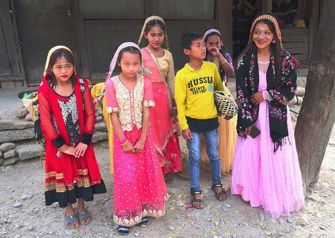 Die jungen Ladys sind sehr schüchtern, trotzdem erlauben sie uns, ein Foto zu schiessen.