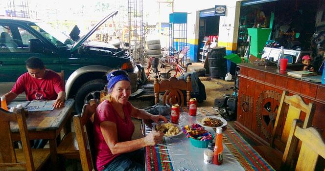Autoreparaturwerkstätte und Restaurant in einem? In Guatemala kein Problem.
