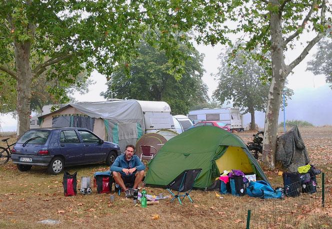 Morgennebel. Auf den Zeltplätzen campen nur noch wenige, davon nur eine Handvoll Ausländer.