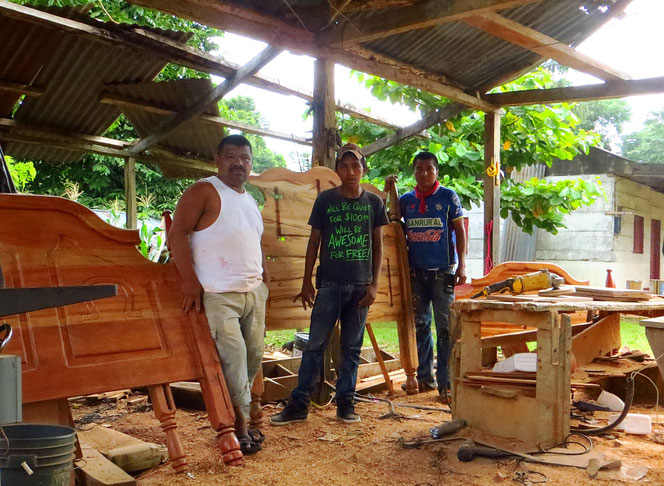 Aldea Semuy, Dorf der Schreiner. Wir zählen mindestens ein halbes Dutzend Betriebe. Mit einfachen Mitteln werden schöne Möbel gefertigt.
