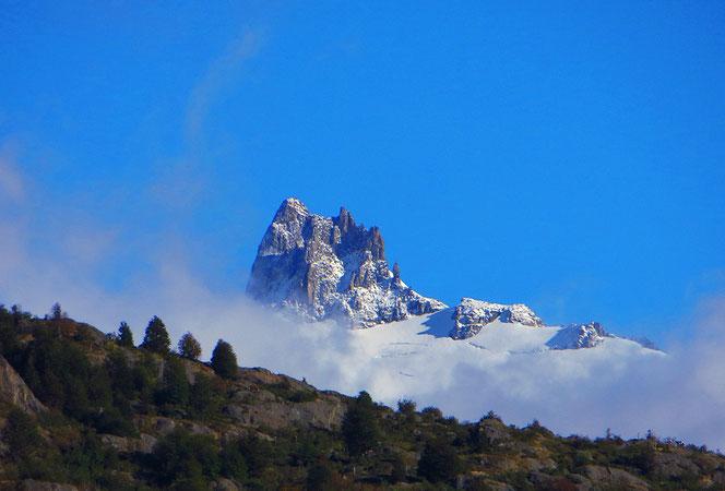 Und dann tauchen plötzlich schroffe Felsnadeln aus den Wolken auf. Grandios!