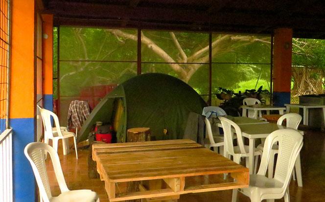 Campieren im Restaurant; wir sind froh, dem Regen entfliehen zu können.