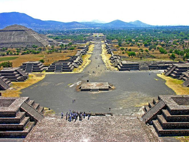 Die Sonnenpyramide, links hinten, ist die weltweit drittgrösste bekannte Pyramide. (Foto Travelzoom)