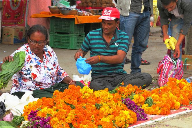 Blumenketten für das mehrtägige Lichterfest.