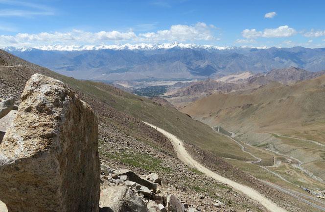 Weit unten im Talkessel liegt Leh. Unsere Strecke nächste Woche führt irgendwo links durchs Gebirge.