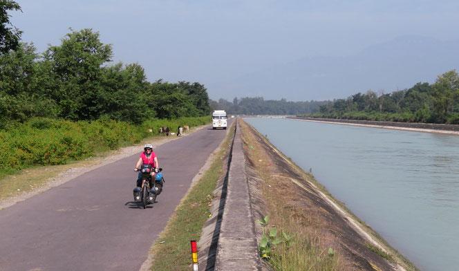 Das Pedalen entlang eines Kanals ist angenehm, allerdings dauert der Spass nicht lange.