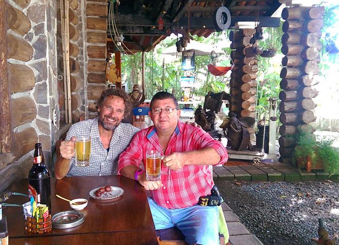 Walters Frau hat deutsche Wurzeln. Er offeriert uns deutsche Wurst von einem deutschen Metzger zu guatemaltekischem Bier. Vielen Dank, Walter! Es war spannend mit dir zu reden.