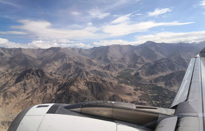 Landeanflug. Leh liegt in einem Talkessel auf 3500 m ü.M.