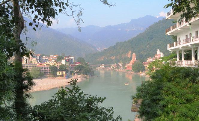 Die grossen Tempel von Rishikesh leuchten in der Abendsonne. Der Ganges ist hier noch sehr sauber.