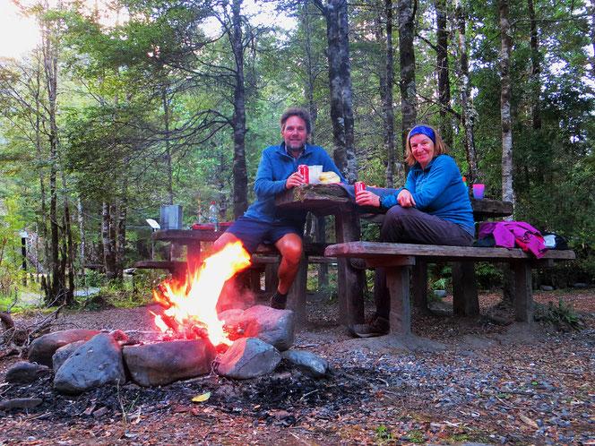 Schönes Wildcamp. Ein wärmendes Feuer gab es lange nicht mehr.