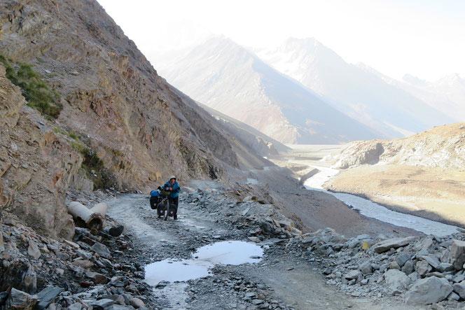 Die Strasse über den Kunzum La, 4590 m, ins Spitital ist weniger steinig als sie die Tage vorher war und recht gut zu pedalen.
