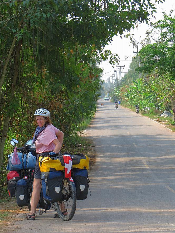 Nach Bangkok endlich wieder kleine Strassen . . . wir geniessen das Fahren!
