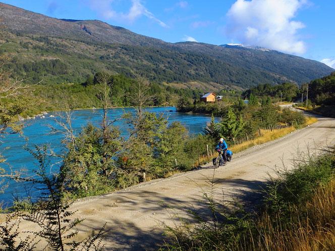 Wir geniessen das Pedalen entlang dem Rio Baker am frühen Morgen.