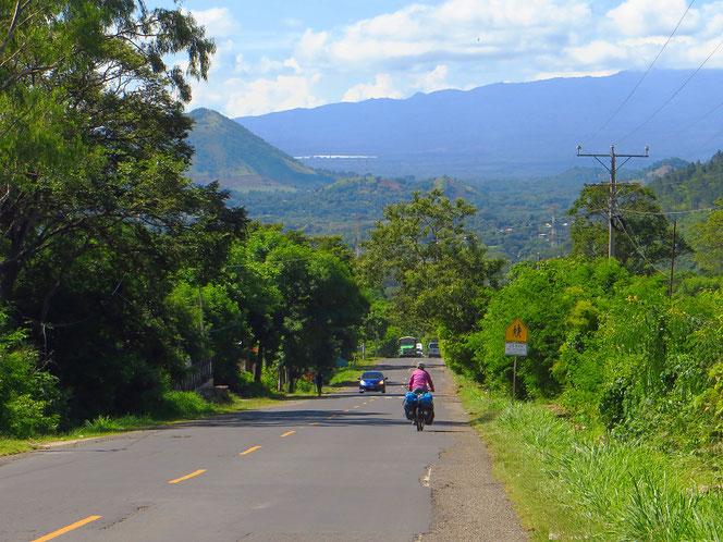 El Salvador ist sehr grün. Erwischt man Nebenstrassen, ist das Velofahren ein Genuss.