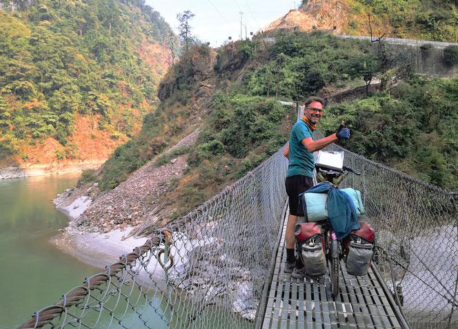 Mit Schweizer Hilfe wurden in den letzten 50 Jahren mehr als 8'000 Fussgänger-Hängebrücken gebaut.