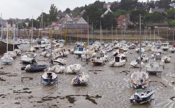 Wie gestrandete Wale liegen die Boote bei Ebbe im Hafen. Bis 4,5 Meter kann der Unterschied von Ebbe und Flut hier betragen.