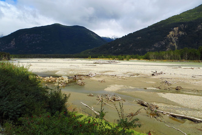 Der Rio Ibanez hat hier ein sehr breites Flussbett.